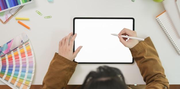Graphiste femme dessinant sur une tablette écran vide Photo Premium