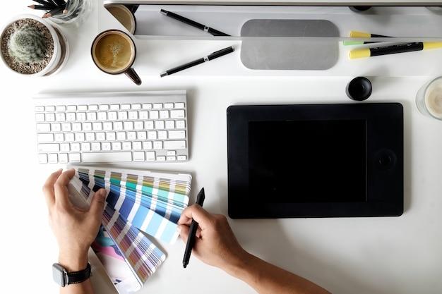 Graphiste travaillant sur un espace de travail graphique. vue de dessus Photo Premium