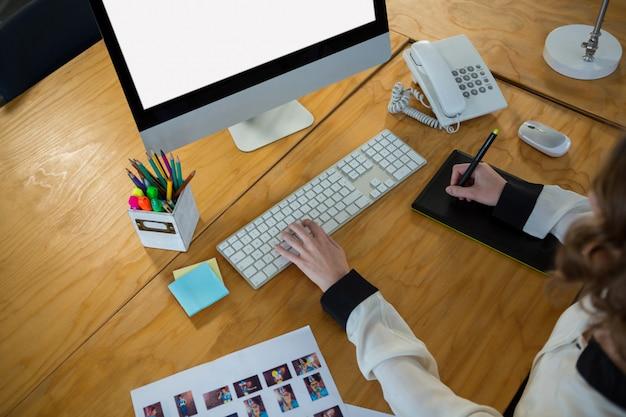 Graphiste Utilisant Une Tablette Graphique Et Un Bureau Photo Premium
