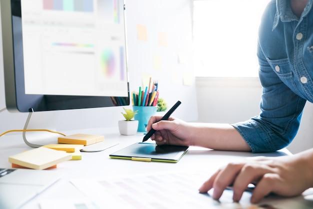 Graphiste utilisant une tablette graphique pour travailler au bureau