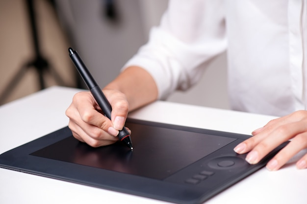 Graphiste utilisant une tablette Photo Premium
