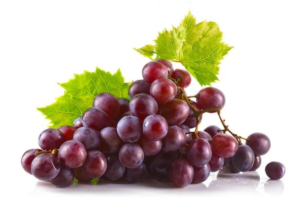 Grappe de raisin rouge mûr avec feuilles isolé sur blanc Photo Premium