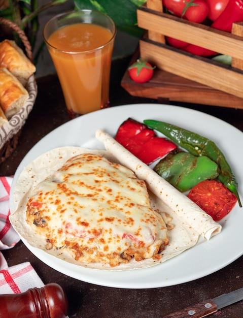 Gratin de pommes de terre (pomme de terre au four avec crème et fromage) au lavash et au poivron vert rouge grillé Photo gratuit