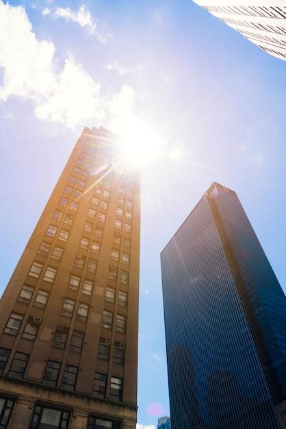 Gratte-ciel de dessous le paysage urbain en journée ensoleillée Photo gratuit