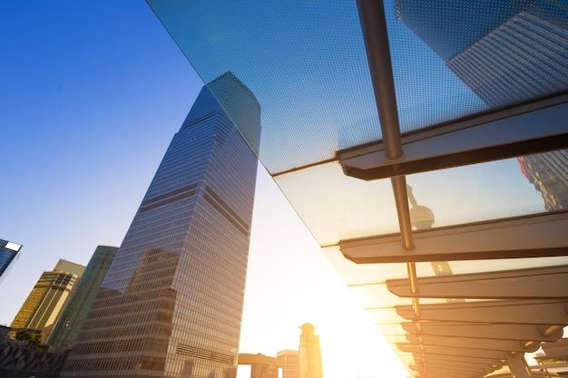 Gratte-ciel du centre financier mondial de shanghai dans le groupe lujiazui Photo Premium