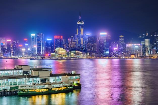 Gratte-ciel du centre-ville de hong kong skyline au-dessus du port de victoria dans la soirée. hong kong, chine Photo Premium