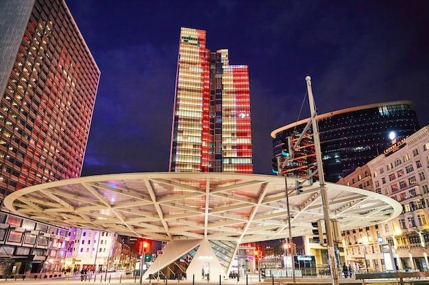 Gratte-ciel du district de rogier la nuit Photo Premium