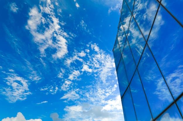 Gratte-ciel avec façade en verre. bâtiment moderne. Photo Premium