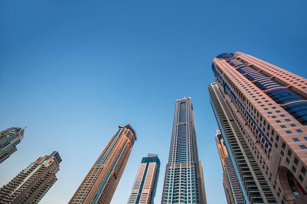 Gratte-ciel sur fond de ciel, immobilier. Photo Premium