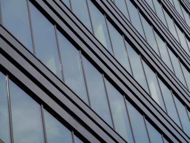 Gratte-ciel moderne en verre dans la ville Photo Premium