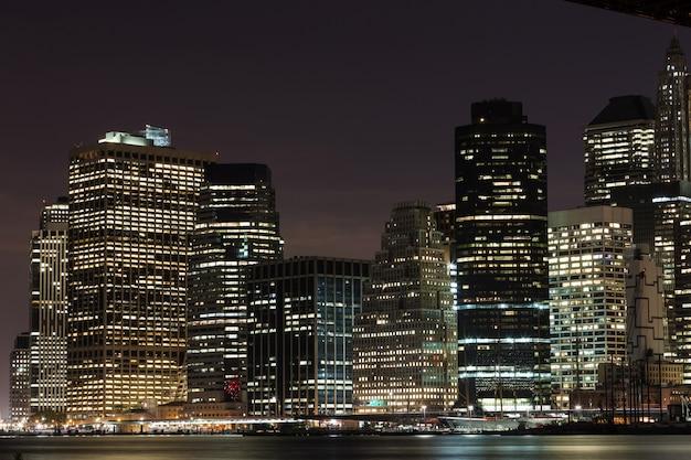 Gratte-ciel de nuit Photo Premium