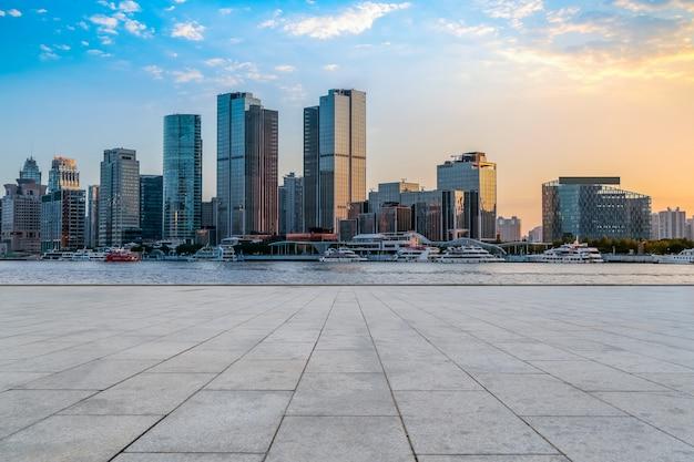 Gratte-ciel urbains avec carrelage carré vide Photo Premium