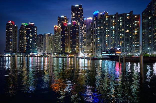 Gratte-ciel De La Ville De Busan Marina Illuminés La Nuit Photo Premium
