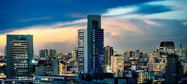 Gratte-ciel ville soir coucher de soleil Photo gratuit