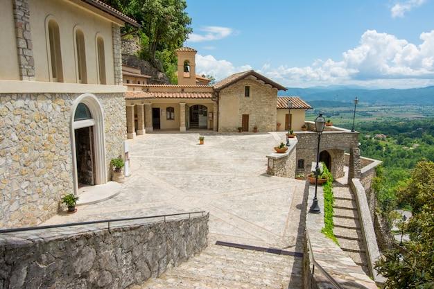 Greccio, Italie. Sanctuaire De L'ermitage érigé Par Saint François D'assise Photo Premium