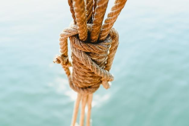 Gréement et cordes sur un vieux voilier pour naviguer en été. Photo Premium