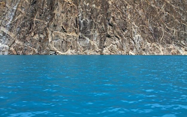 Green water view dans le lac attabad Photo Premium