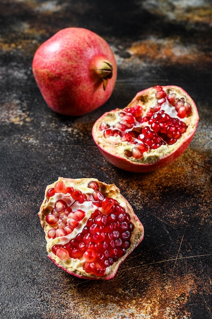 Grenade Mûre Fraîche. Fruits Biologiques. Fond Noir. Vue De Dessus Photo Premium