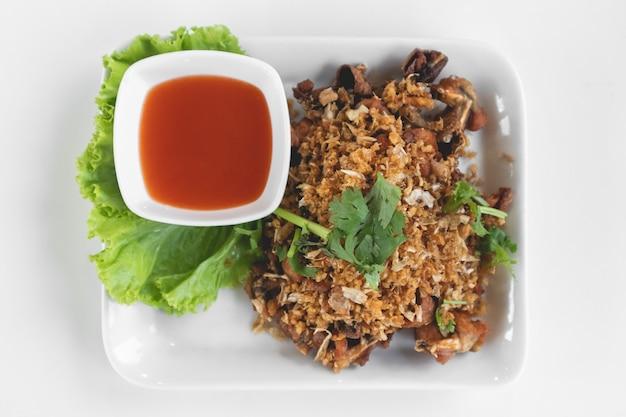 Grenouilles thaïlandaises frites avec sauce à l'ail et au piment. Photo Premium