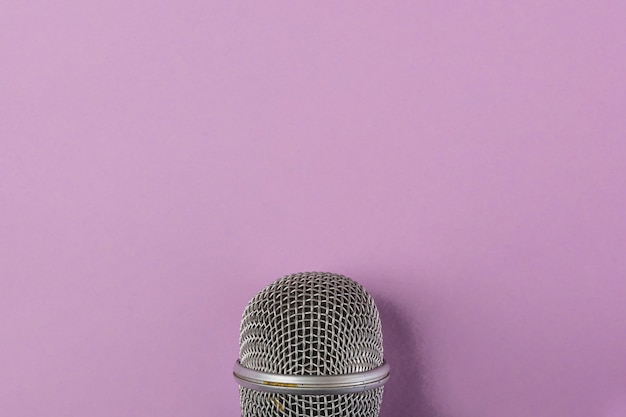 Grille en acier gros plan du microphone sur fond violet Photo gratuit