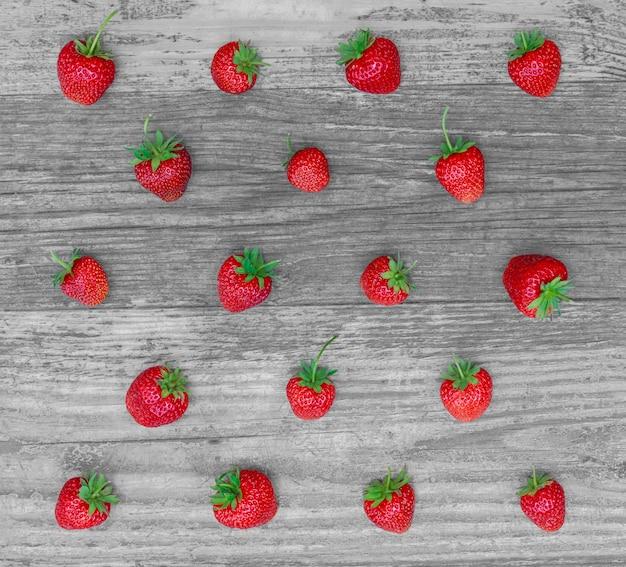 Grille de fraises se plaçant sur le fond en bois Photo Premium