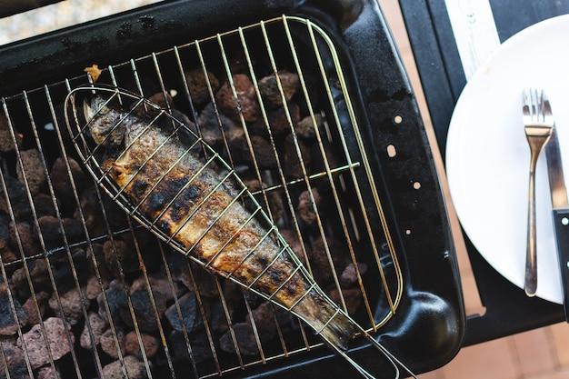 Griller du poisson en grille Photo gratuit