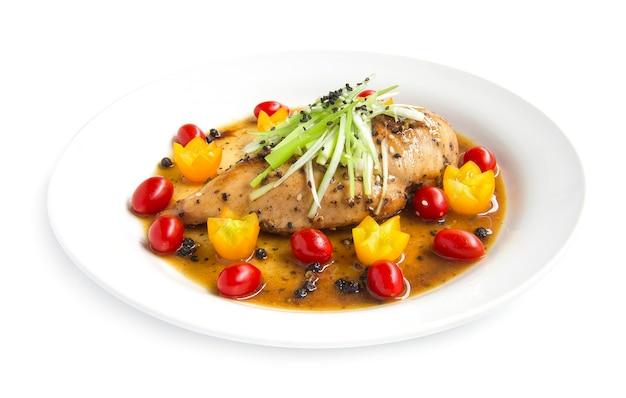 Griller Le Poulet Ou Le Steak De Poulet Dans Une Sauce Au Poivre Noir Sur Une Tranche De Poireau Et De Sésame Photo Premium