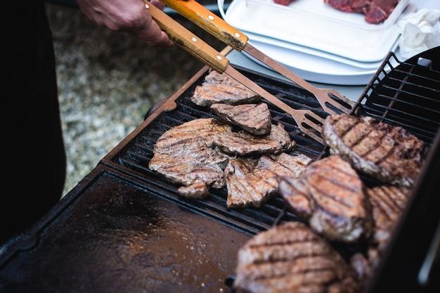 Griller des steaks de boeuf Photo gratuit