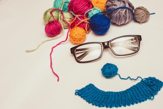 Grimace faite de clefs multicolores et de lunettes sur fond blanc. Photo Premium