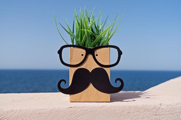 Grimace Sur Sac En Papier Avec Moustache Et Lunettes Sur Ciel Bleu Photo Premium