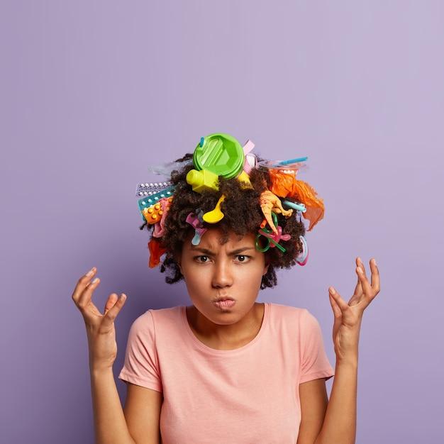 Grincheux Indigné Femme Posant Avec Des Ordures Dans Ses Cheveux Photo gratuit