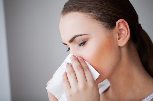 Grippe et femme malade. femme malade à l'aide de mouchoirs en papier, problème de tête froide Photo Premium