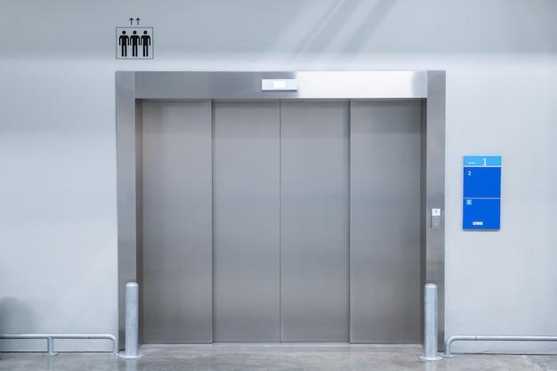 Gros ascenseur dans l'immeuble moderne se bouchent. Photo Premium