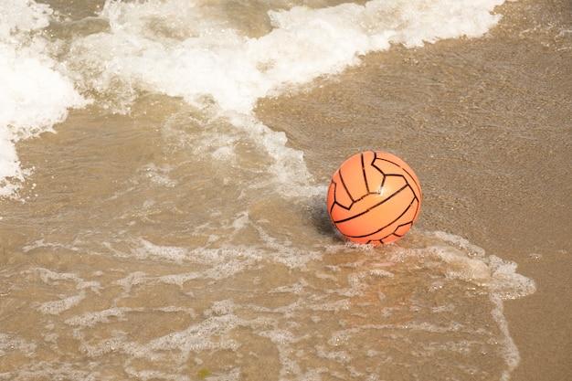 Gros ballon de plage dans l'eau Photo gratuit