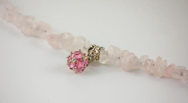 Gros bracelet en quartz rose et cristal sur fond blanc Photo Premium
