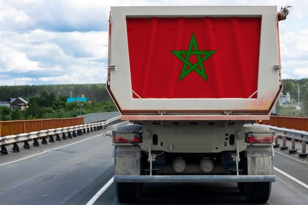 Gros Camion Avec Le Drapeau National Du Maroc Se Déplaçant Sur L'autoroute Photo Premium