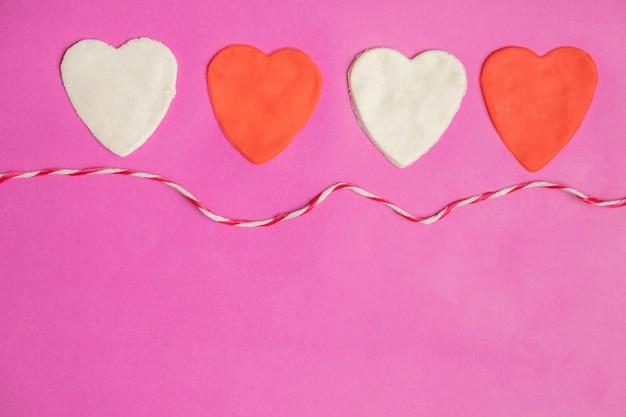 Gros coeurs sur fond rose avec un espace pour le texte, icône de l'amour, saint valentin Photo Premium