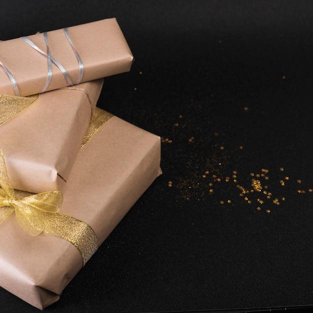 Gros coffrets cadeaux avec paillettes sur table Photo gratuit