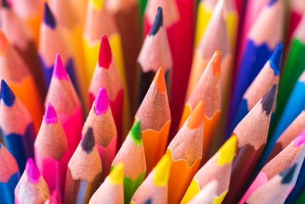 Gros coup de macro de couleur crayon pile plume sur fond blanc. Photo Premium
