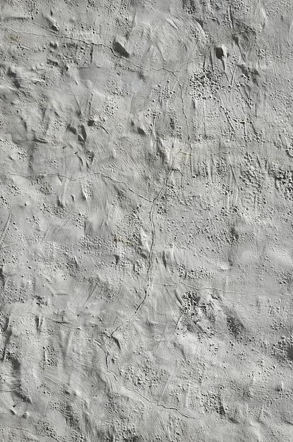 Gros coup de mur d'argile grunge brun sur une vieille maison. Photo Premium
