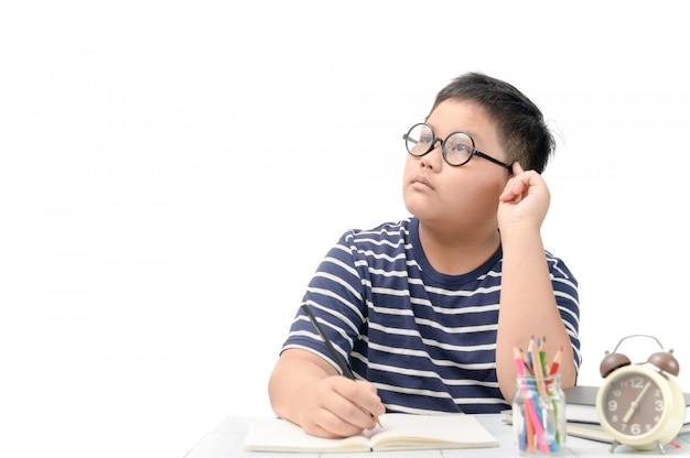 Gros étudiant pensant en faisant ses devoirs Photo Premium