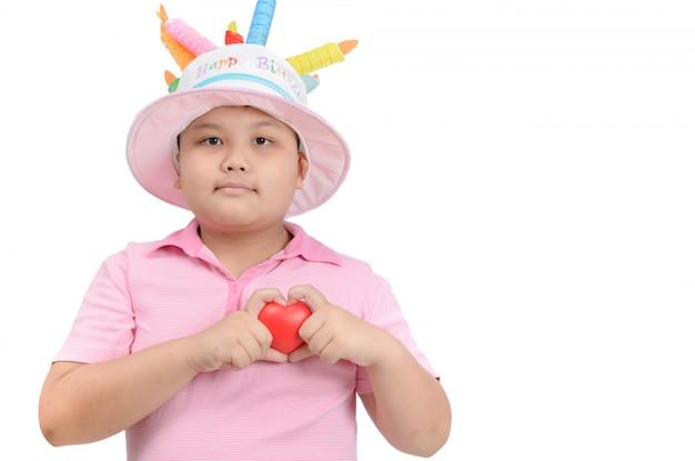 Gros garçon montre petit coeur rouge dans la main Photo Premium