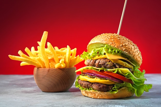 Gros Hamburger Avec Double Boeuf Et Frites Photo Premium