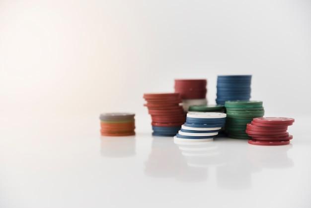 Gros jetons de poker sur fond blanc Photo gratuit