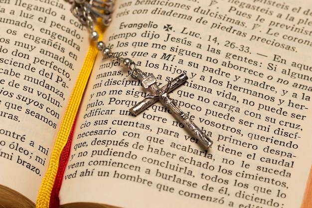Gros livre sacré et collier croix Photo gratuit