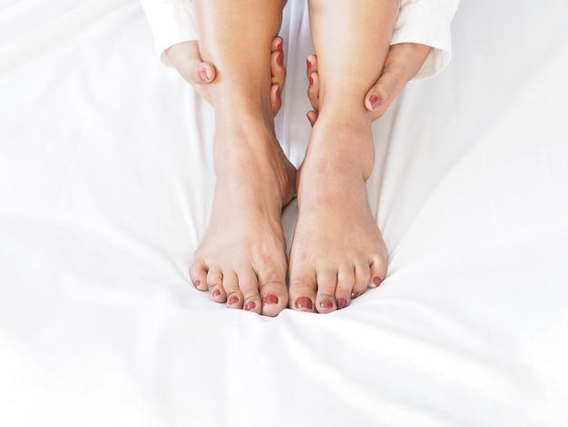 Gros massage de pied de femme par elle-même. Photo Premium