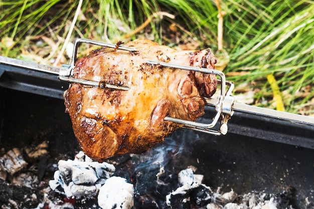 Gros morceau de viande de porc à la broche Photo gratuit