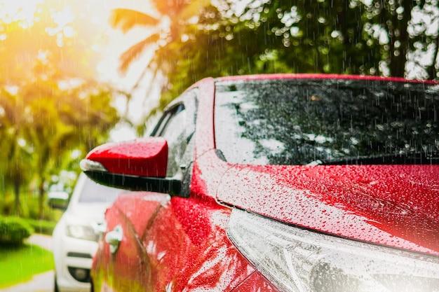 Gros phare d'et goutte de pluie sur voiture avec voiture de goutte de pluie Photo Premium