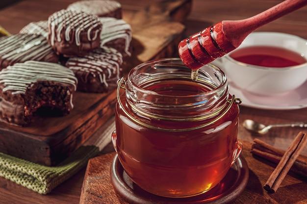 Gros Plan D'abeille à Miel Et Biscuits Au Miel Brésilien Recouvert De Chocolat - Pao De Mel Photo Premium