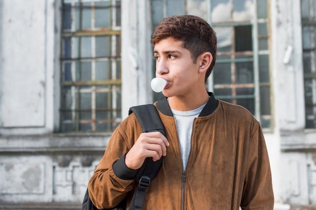 Gros plan, adolescent, souffler, bubble-gum, dehors Photo gratuit